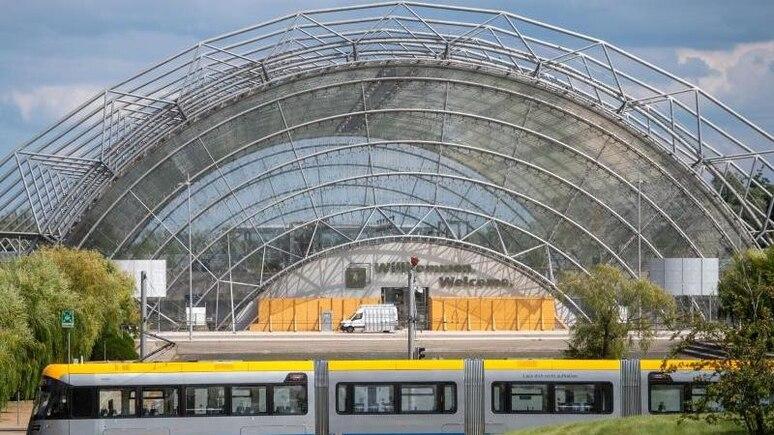 Eine Straßenbahn fährt vor der Glashalle der Messe Leipzig entlang. Foto: Hendrik Schmidt/dpa-Zentralbild/dpa/Symbolbild