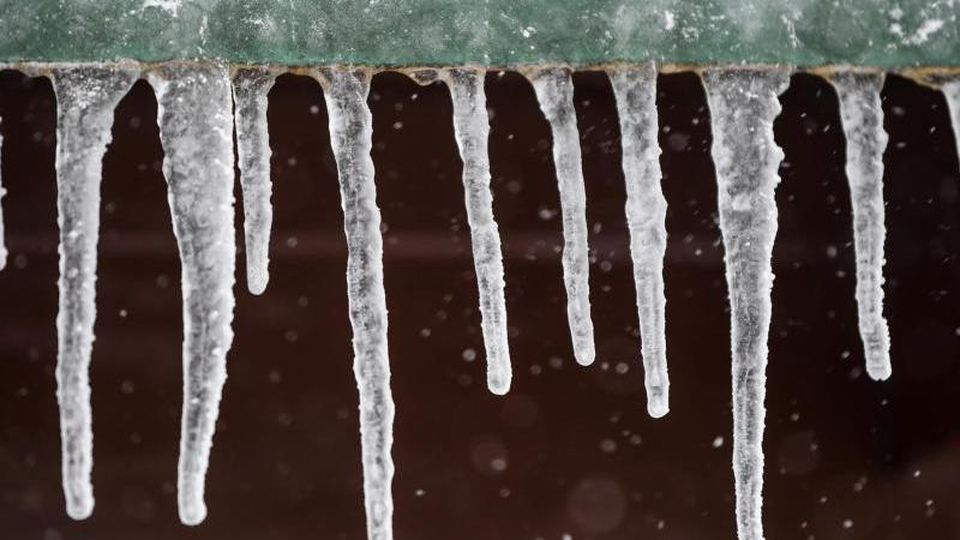 Eiszapfen hängen an einer Regenrinne. Foto: Patrick Seeger/Archiv