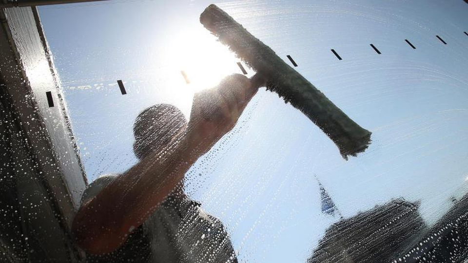 Bei strahlendem Sonnenschein sorgt ein Fensterputzer für klaren Durchblick. Foto: Wolfgang Kumm/Archivbild