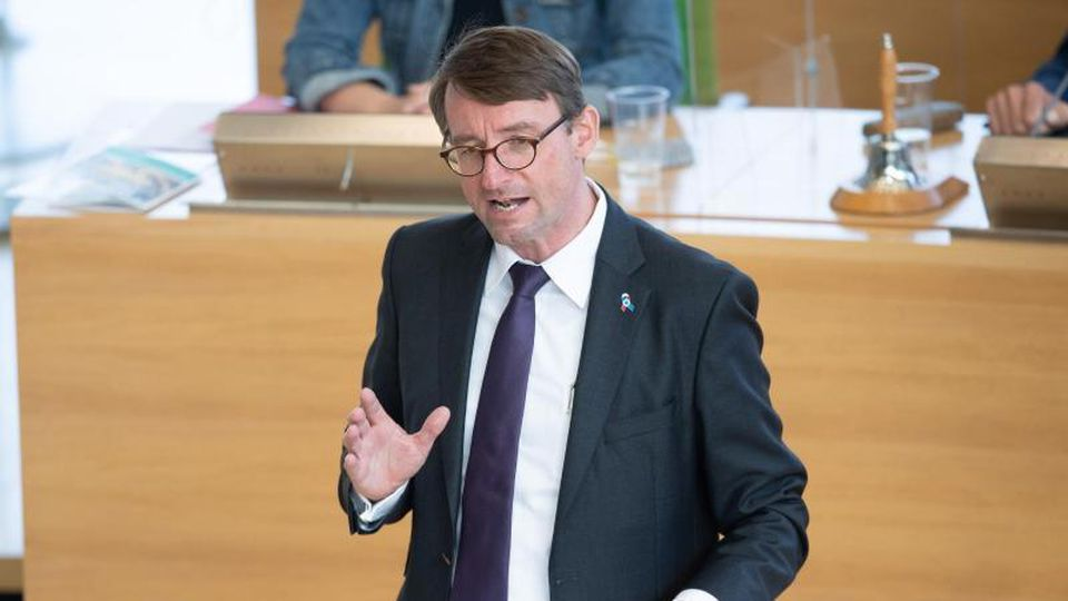 Roland Wöller (CDU), Innenminister von Sachsen, spricht im Landtag. Foto: Sebastian Kahnert/dpa-Zentralbild/dpa/Archivbild