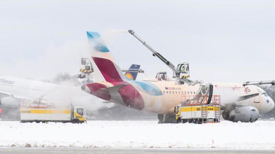 Eine Eurowings-Maschine wird am Münchener Flughafen enteist. Foto: Matthias Balk