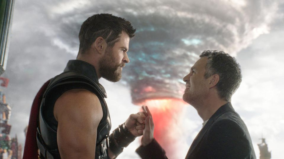 """Thor (Chris Hemsworth, li.) und Bruce Banner alias Hulk (Mark Ruffalo) in """"Thor: Tag der Entscheidung""""."""