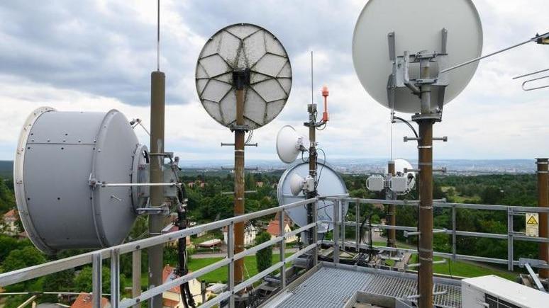 Richtfunkantennen und Fernsehantennen sind auf einem alten Wasserturm im Dresdner Stadtteil Klotzsche installiert. Foto: Robert Michael/dpa-Zentralbild/dpa/Symbolbild
