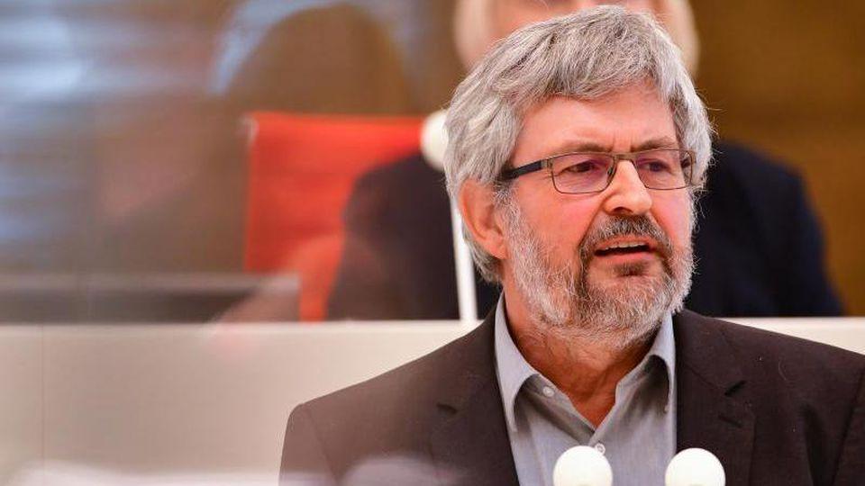 Agrar- und Umweltminister Axel Vogel (Grüne) spricht bei einer Landtagssitzung. Foto: Soeren Stache/dpa-Zentralbild/ZB/Archivbild