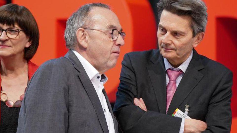 Rolf Mützenich (r) spricht mit Norbert Walter-Borjans. Foto: Kay Nietfeld/dpa/Archivbild