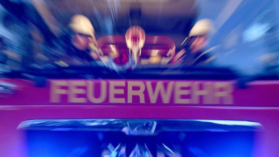 Feuerwehrmänner sind mit ihrem Fahrzeug im Einsatz. Foto: Carsten Rehder/dpa/Symbol
