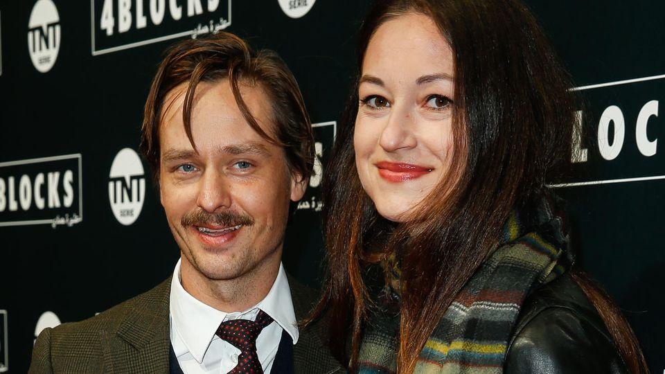 """Bei der """"4 Blocks""""-Premiere im Oktober 2018 waren Tom Schilling und seine Freundin Annie Mosebach noch nicht verheiratet, jetzt haben sie sich das Jawort gegeben."""