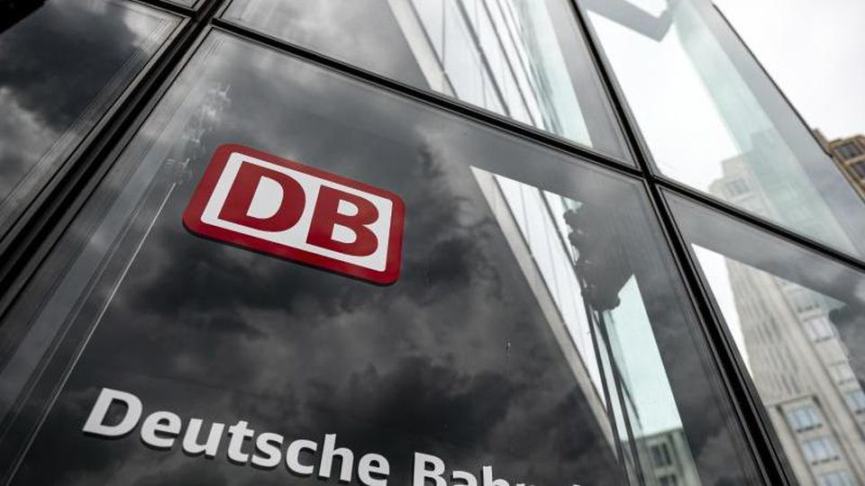 Der Schriftzug mit Logo steht an der Zentrale der Deutschen Bahn am Potsdamer Platz. Foto: Fabian Sommer/dpa