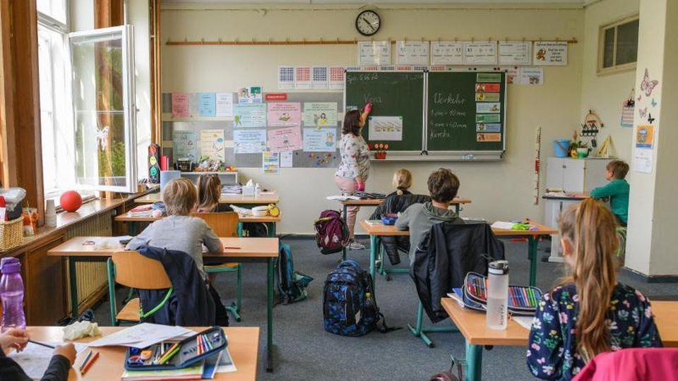 Schulkinder werden in einem Klassenraum einer Grundschule unterrichtet. Foto: Patrick Pleul/dpa-Zentralbild/dpa/Archivbild