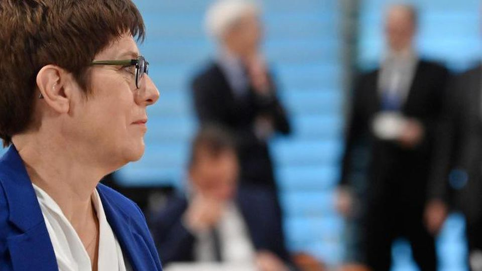CDU-Chefin Annegret Kramp-Karrenbauer will sich mit den Vorsitz-Kandidaten in der Parteizentrale treffen. Foto: John Macdougall/AFP POOL/dpa