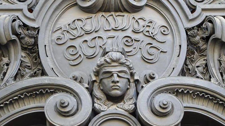 Das Konterfei der Justitia am Eingang zum Landgericht in Moabit. Foto: Britta Pedersen/Archivbild