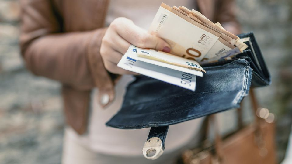 Bestimmte Euro-Scheine und auch -Münzen können richtig viel Geld wert sein.