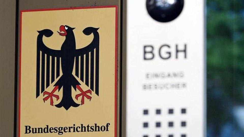 Ein Hinweisschild mit Bundesadler und Schriftzug Bundesgerichtshof. Foto: Uli Deck/dpa/Archivbild