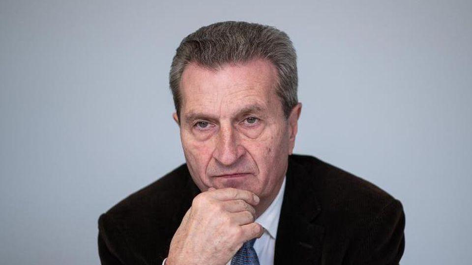 Günther Oettinger (CDU) sitzt bei einem Interview. Foto: Sebastian Gollnow/dpa/Archivbild