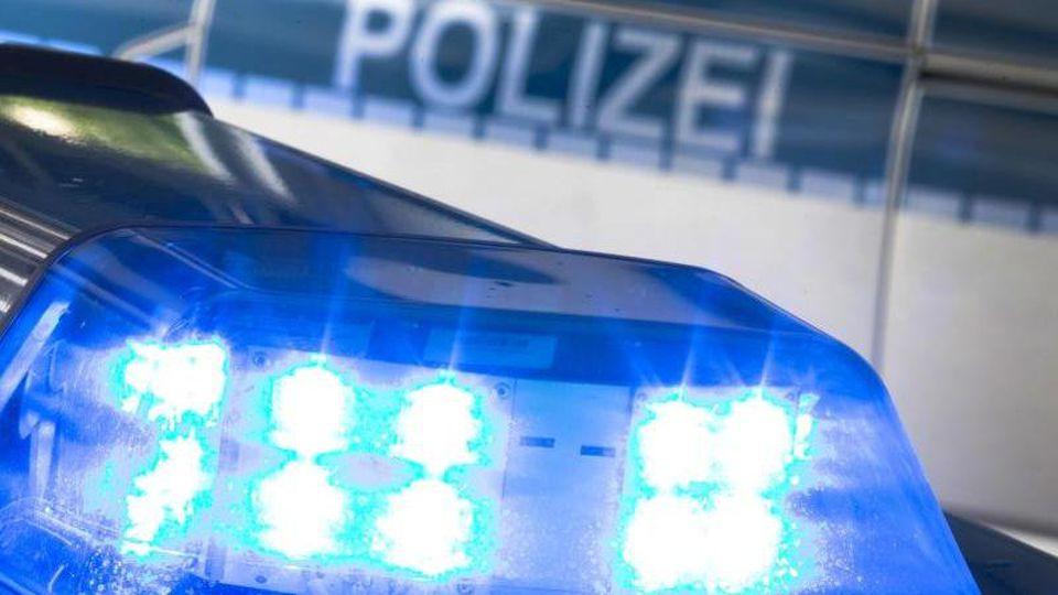 Ein Blaulicht leuchtet auf dem Dach eines Polizeiwagens. Foto: Friso Gentsch/dpa