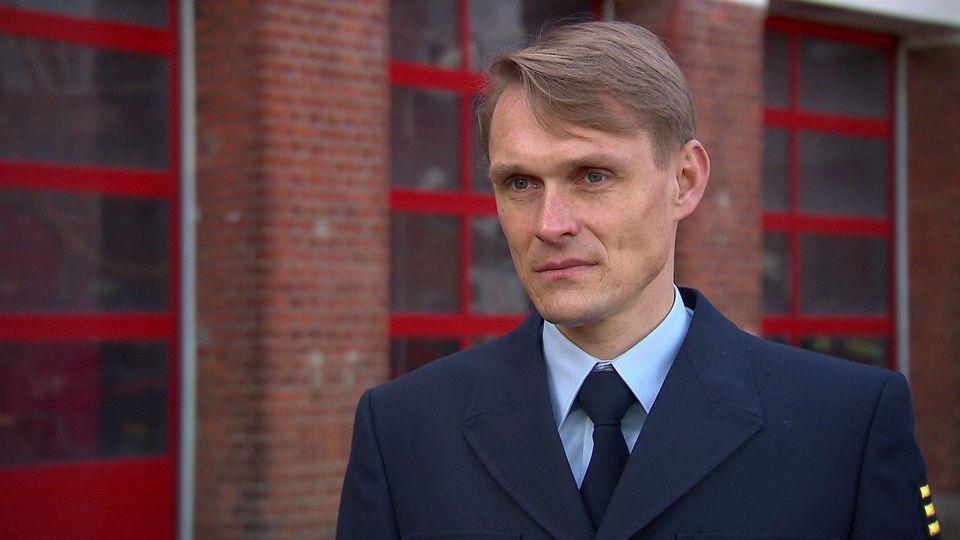 """Philipp Heßemer spricht von einer """"doppelt dramatische Situation"""" für die Bremer Feuerwehr."""