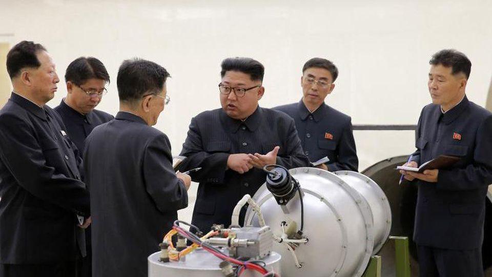 Nordkoreas Staatschef Kim Jong Un neben einem Sprengkopf: Nach Ansicht von Experten hat Pjöngjang bislang nicht wesentlich abgerüstet. Foto: KCNA via KNS