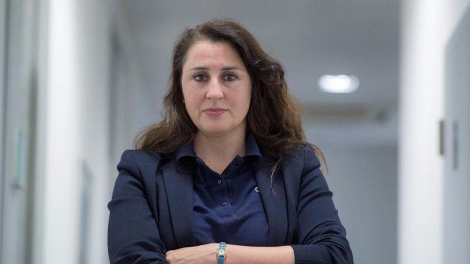 Seda Basay-Yildiz, Rechtsanwältin, steht in ihrem Büro. Foto: Boris Roessler/dpa