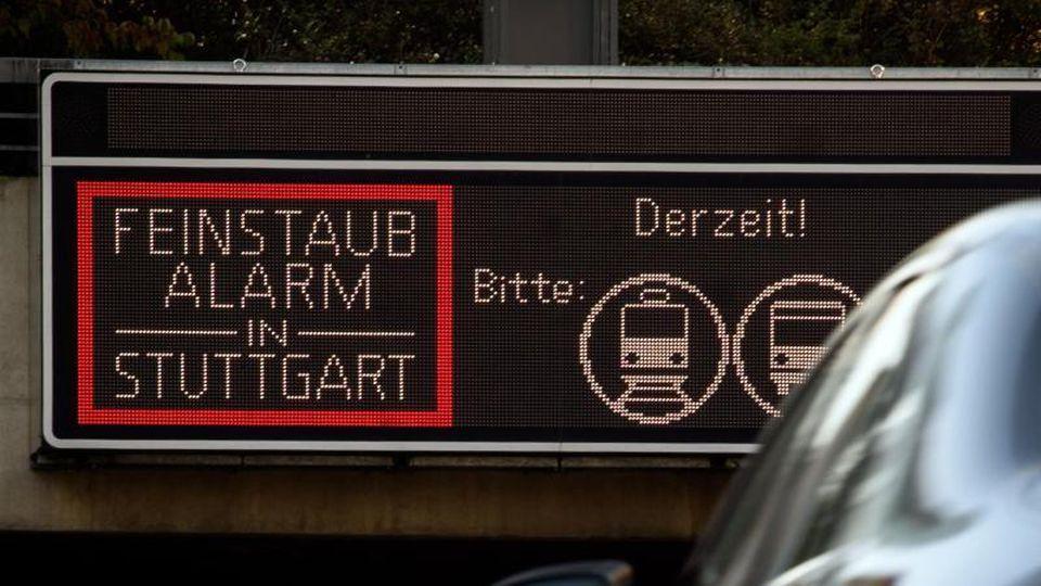 """Ein Schild warnt in Stuttgart vor """"Feinstaubalarm"""". Foto: Sina Schuldt/Archiv"""
