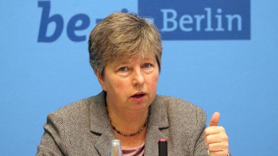 Katrin Lompscher (Linke) sitzt auf einem Podium. Foto: Wolfgang Kumm/dpa/Archivbild