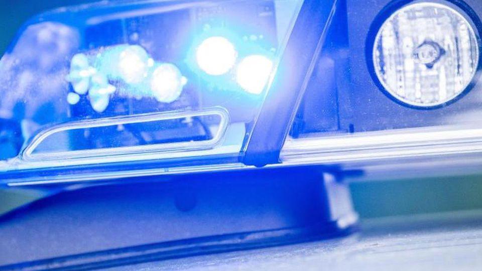 Ein Blaulicht leuchtet an einer Polizeistreife. Foto: Lino Mirgeler/dpa