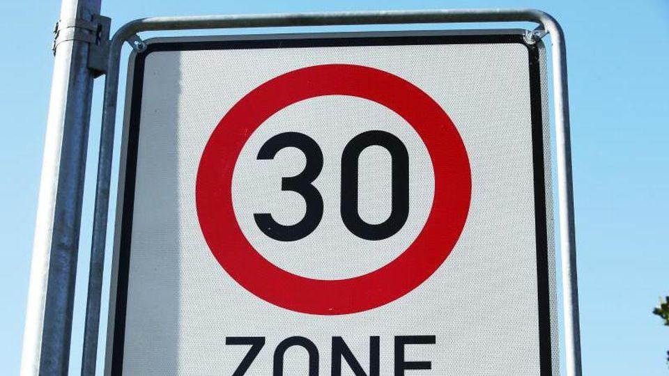 Ein Verkehrsschild weist auf eine Tempo-30-Zone hin. Foto: Bernd Wüstneck/Archiv