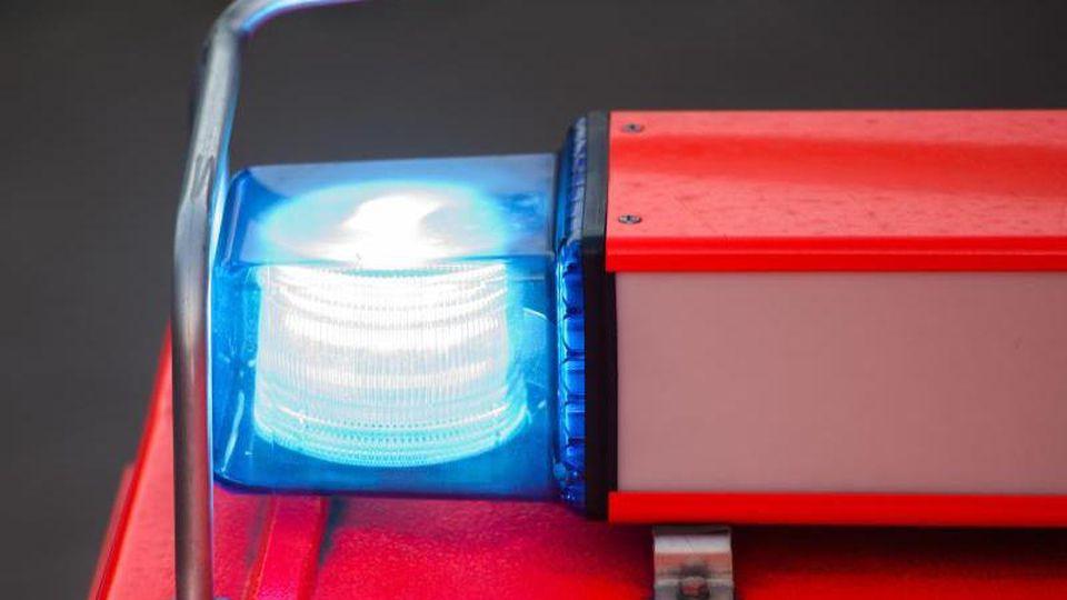 Ein Fahrzeug der Feuerwehr mit eingeschaltetem Blaulicht. Foto: Daniel Bockwoldt/Archivbild