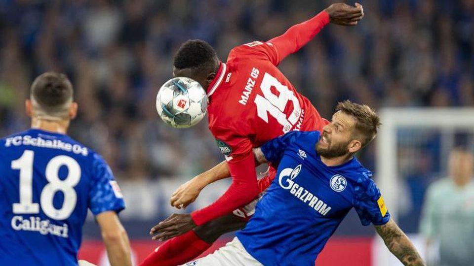 Moussa Niakhate von Mainz und Schalkes Guido Burgstaller (r.) kämpfen um den Ball. Foto:David Inderlied