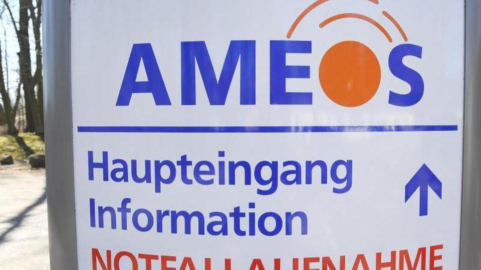 """Blick auf ein Schild mit dem Schriftzug des Krankenhausbetreiber """"Ameos"""". Foto: Stefan Sauer/zb/Archiv"""