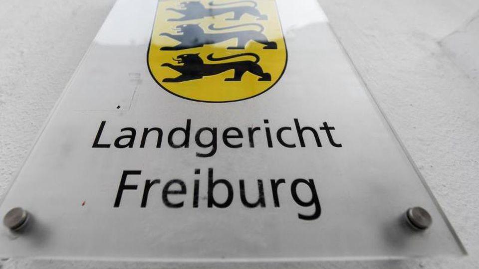 """Ein Schild mit der Aufschrift """"Landgericht Freiburg"""" hängt am Gebäude. Foto: Patrick Seeger/dpa"""
