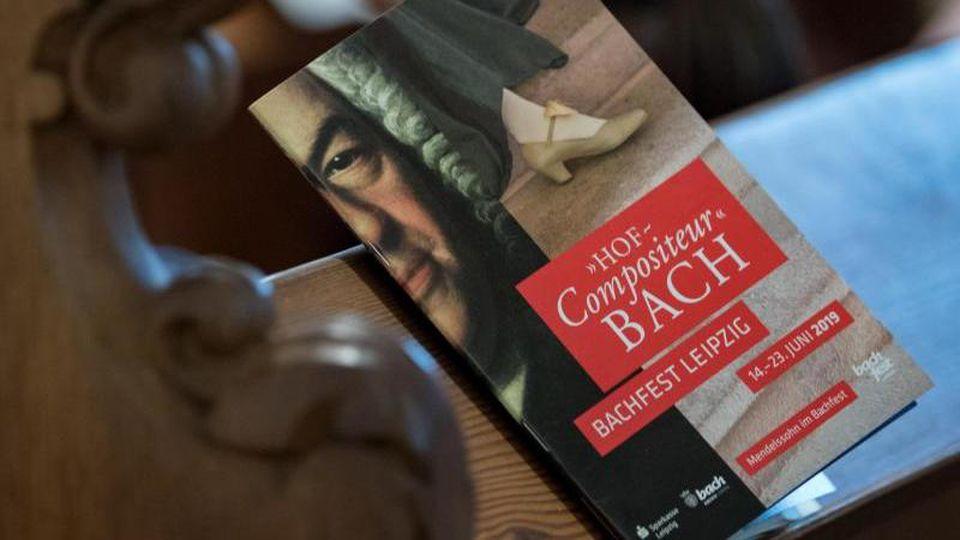 Ein Programm des Bachfestes 2019 liegt zur Eröffnung in der Thomaskirche in Leipzig auf einer Kirchenbank. Foto: Hendrik Schmidt/dpa-Zentralbild/dpa/Archivbild
