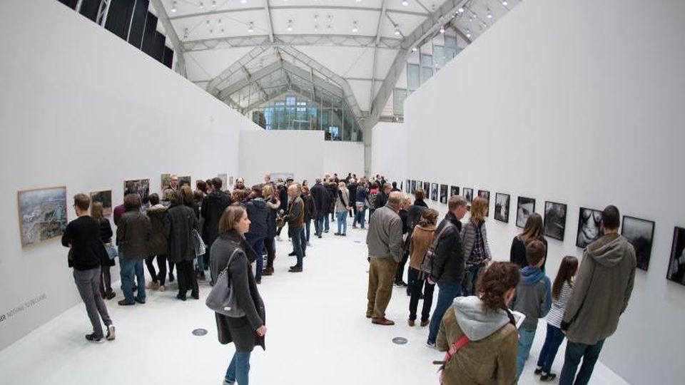 """Zahlreiche Besucher gehen während der """"Langen Nacht der Museen"""" durch einen Ausstellungsraum. Foto: Daniel Reinhardt/Archivbild"""