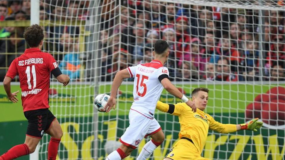 Düsseldorfs Erik Thommy (M) erzielt das 2:0 gegen den SCFreiburg. Foto: Patrick Seeger/dpa