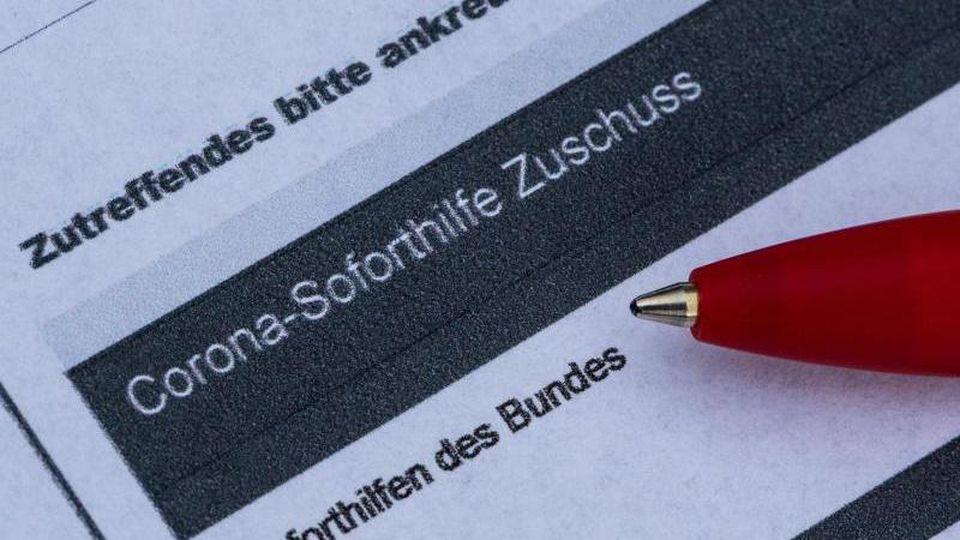Ein Stift liegt auf einem Antrag für den Corona-Soforthilfe-Zuschuss. Foto: Robert Michael/dpa-Zentralbild/dpa/Illustration