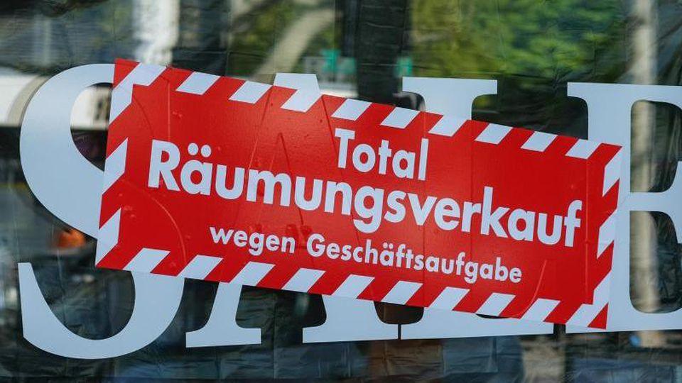 """Keine Zukunft: """"Total Räumungsverkauf wegen Geschäftsaufgabe"""". Foto: Jens Kalaene/dpa-Zentralbild/ZB"""
