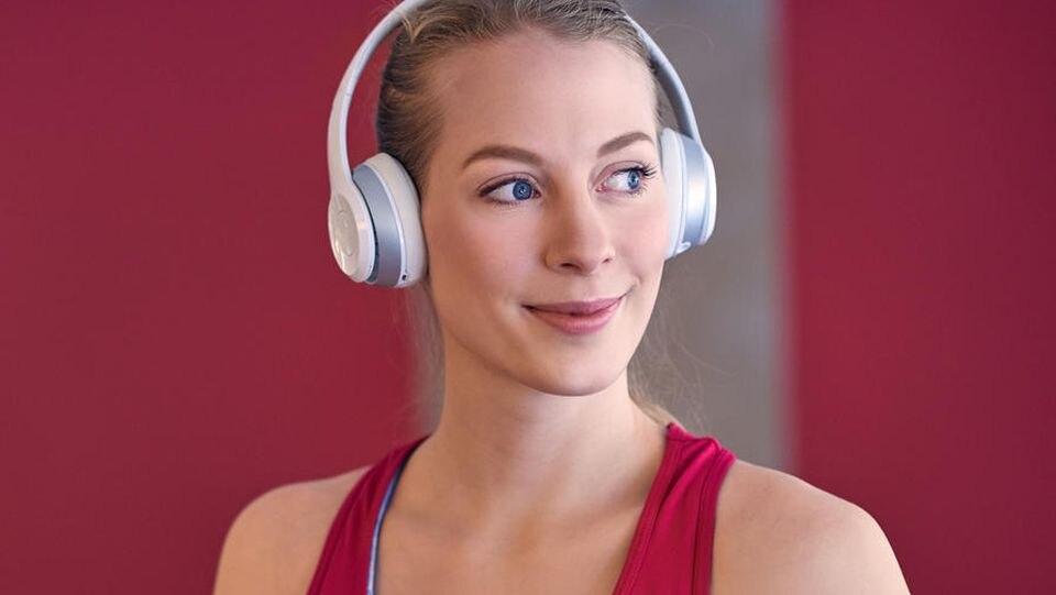 Beim Sport die Lieblingsmusik hören? Mit Kopfhörern ist das kein Problem.
