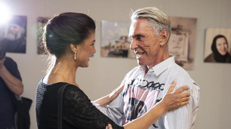 Herzliche Begrüßung vor dem Talk:Sahra Wagenknecht und Wolfgang Joop. Foto: Christoph Soeder