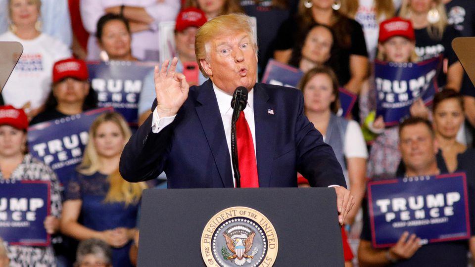 """Das Publikum bei einem Wahlkampfauftritt von US-Präsident Donald Trump skandierte: """"Schickt sie zurück""""."""