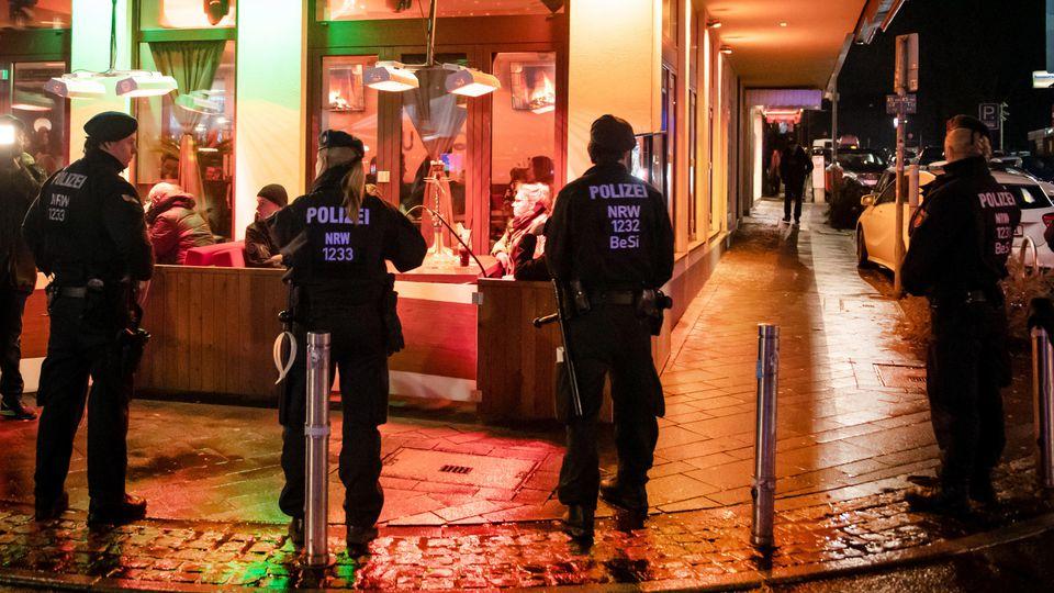 ARCHIV - 12.01.2019, Nordrhein-Westfalen, Bochum: Polizisten sichern während einer Razzia von Zoll und Polizei eine Shisha-Bar. (zu dpa «Experten: Clans nur mit viel Geduld und Ausdauer zu besiegen») Foto: Bernd Thissen/dpa +++ dpa-Bildfunk +++