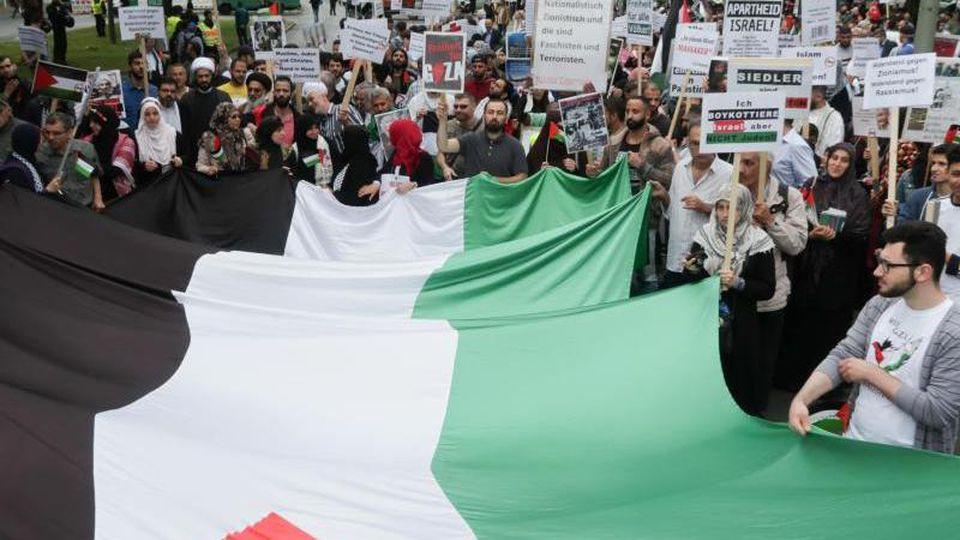 Teilnehmer einer Demonstration anlässlich des sogenannten Al-Kuds-Tags. Foto: Jörg Carstensen/dpa/Archivbild