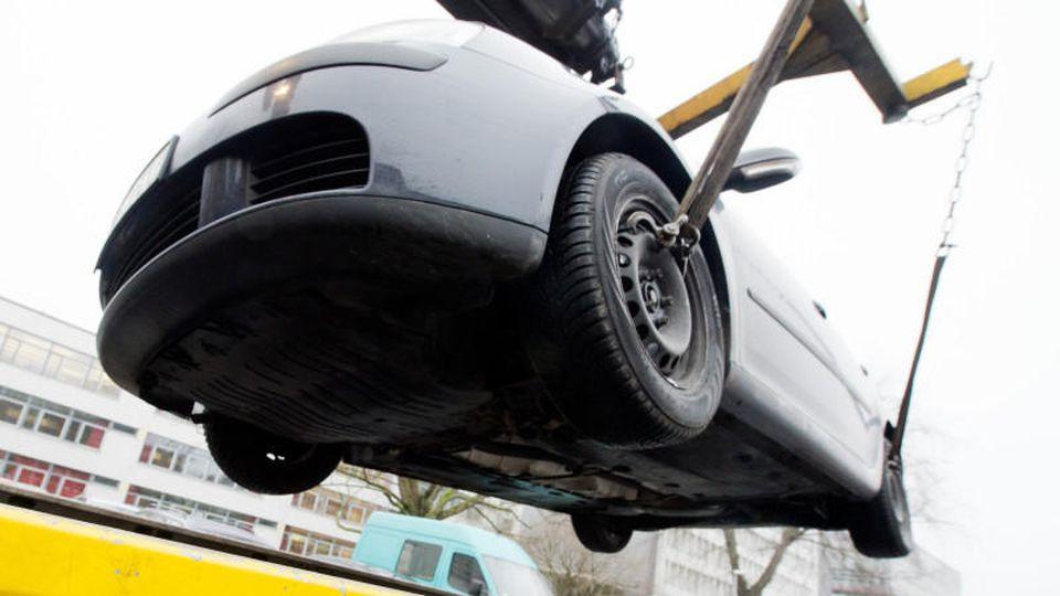 Nach der missglückten Spritztour eines 14-Jährigen mussten zwei Autos abgeschleppt werden. (Symbolbild)