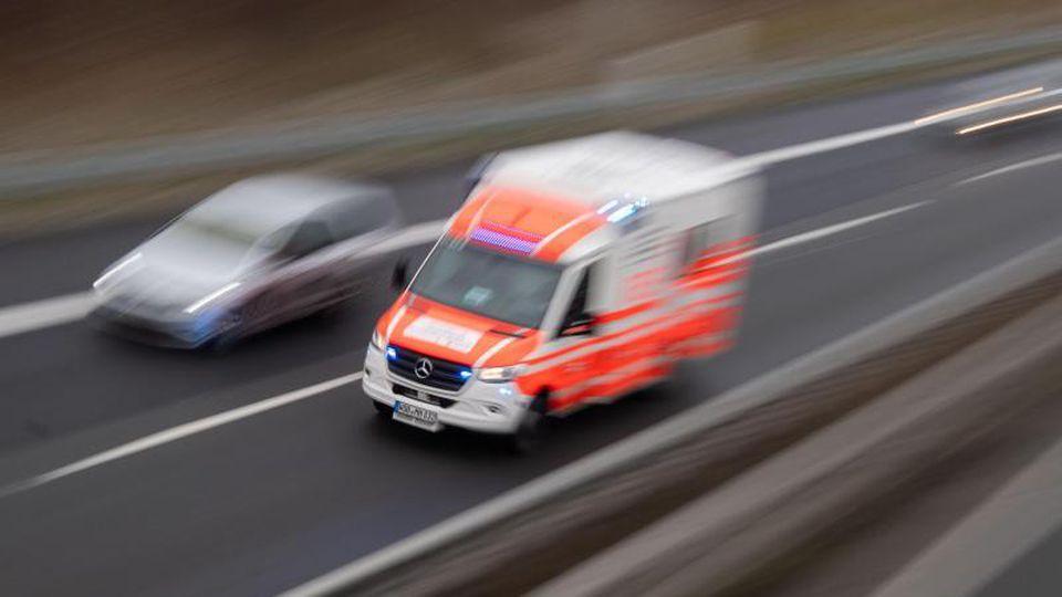 Ein Rettungswagen fährt über die Autobahn. Foto: Julian Stratenschulte/dpa/Archivbild
