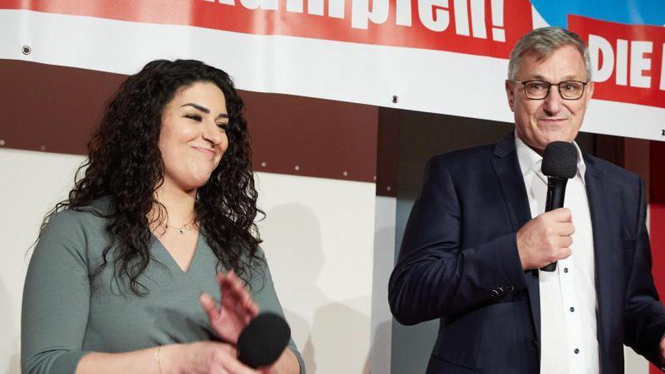 Linke-Spitzenkandidatin Cansu Özdemir und der HAmburger Parteivorsitzende Bernd Riexinger. Foto: Georg Wendt/dpa