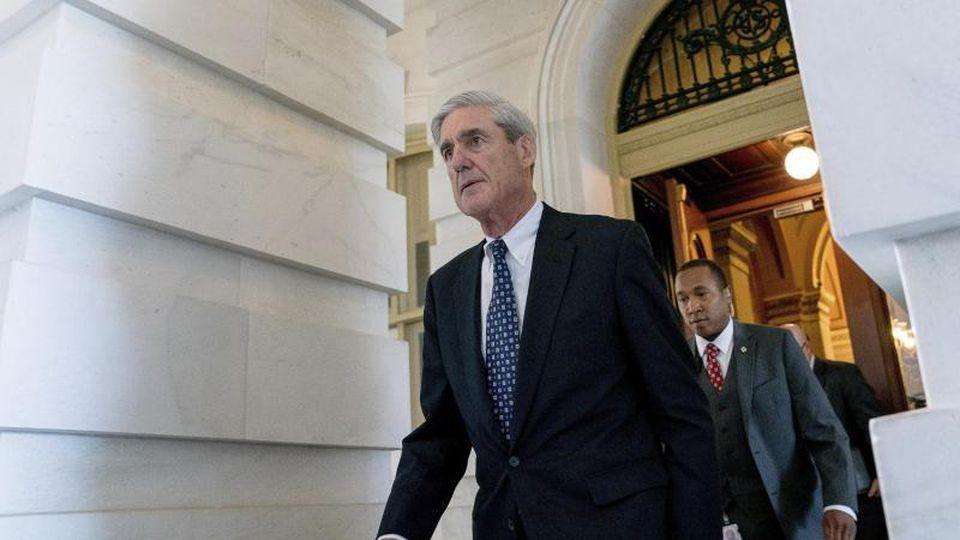 FBI-Sonderermittler Mueller (l) befragte auch Trumps Sprecherin Sanders. Foto: Andrew Harnik/AP