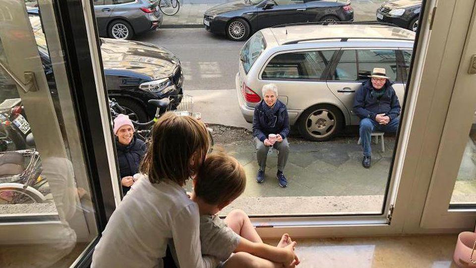 Das Handout der FDP zeigt die Düsseldorfer OB-Kandidatin Marie-Agnes Strack-Zimmermann, die sich durch ein geöffnetes Fenster mit ihren Enkelkindern unterhält. Foto: ---/Strack-Zimmermann/FDP/dpa