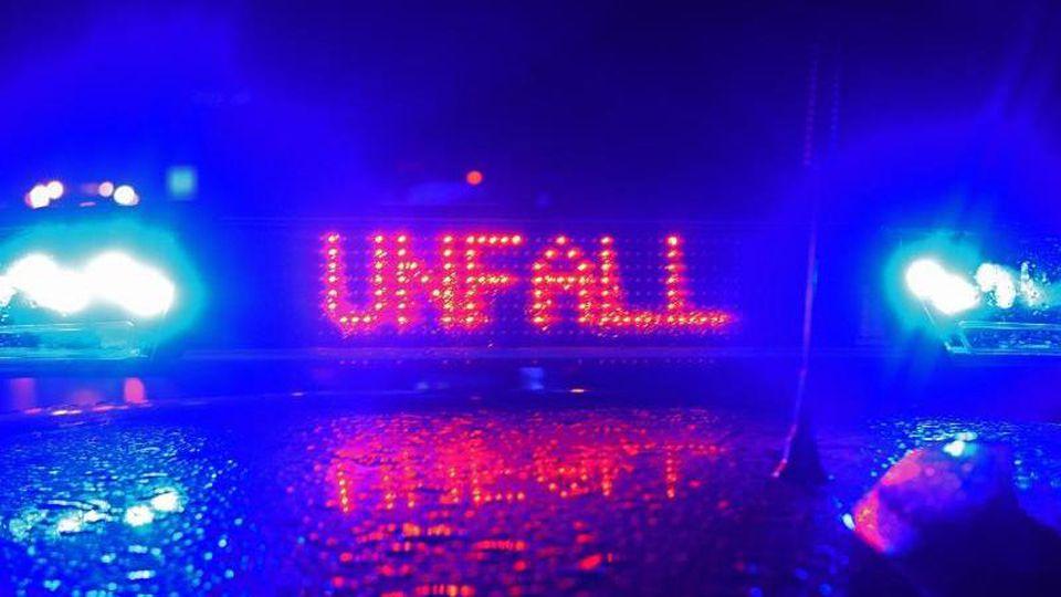 Ein Polizei Blaulicht bei der Unfallaufnahme. Foto: Stefan Puchner/dpa/Symbolbild