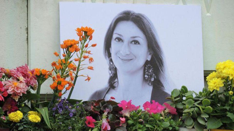 Am Fuß eines Denkmals vor dem Justizpalast in Valletta erinnert einFoto an die ermordete Journalistin Daphne Caruana Galizia. Foto: Lena Klimkeit