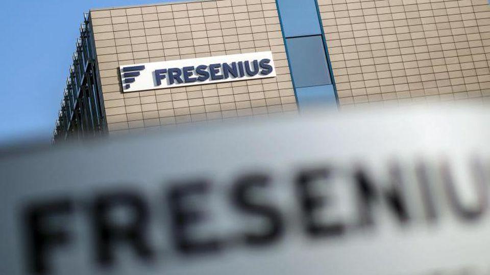 Das Firmenlogo ist am Firmensitz von Fresenius des Unternehmens an einem Gebäude zu sehen. Foto: Frank Rumpenhorst/dpa/Archivbild