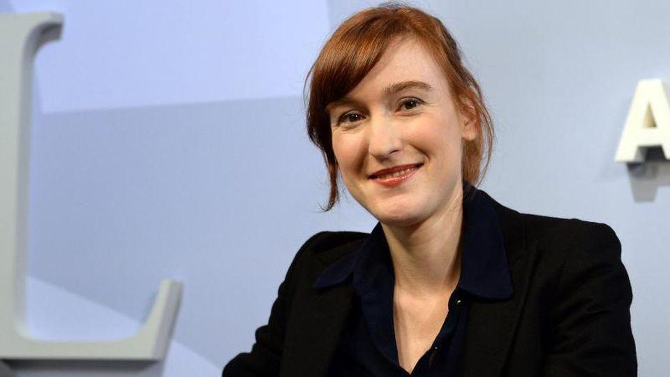 Die Autorin Nora Bossong lächelt in die Kamera. Foto: Jens Kalaene/zb/dpa/Archivbild