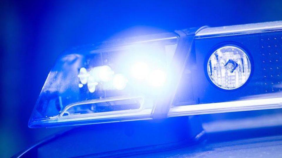 Ein Blaulicht der Polizei. Foto: Lino Mirgeler/dpa/Archivbild
